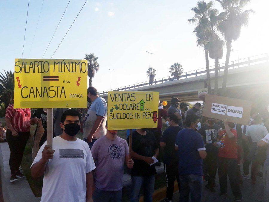 Trabajadores vitivinícolas llevan adelante la segunda jornada de paro con bloqueos en las principales bodegas de Mendoza y manifestaciones en el mirocentro
