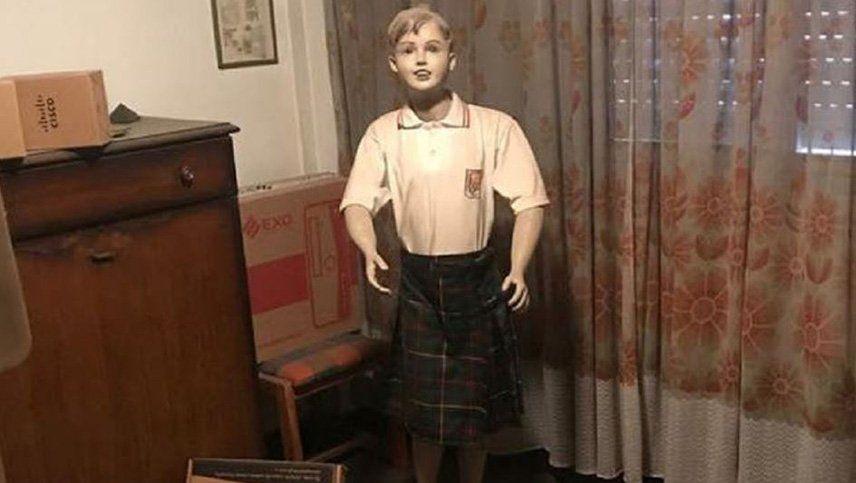 Fue detenido por distribuir pornografía infantil y le encontraron un maniquí vestido de colegiala