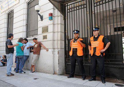La policía detuvo al piquetero opositor Raúl Castells y a Nina Pelozo