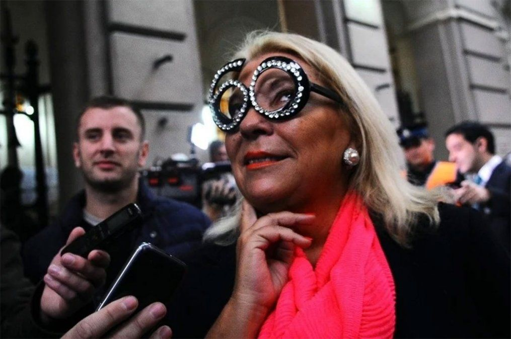 La ex diputada nacional Lilita Carrió contó con la colaboración de la periodista e historiadora Cecilia De Francesco para su libro Legado (1994-2020). Cómo olvidar cuando cumplió 60 y apareció con estos lentes.