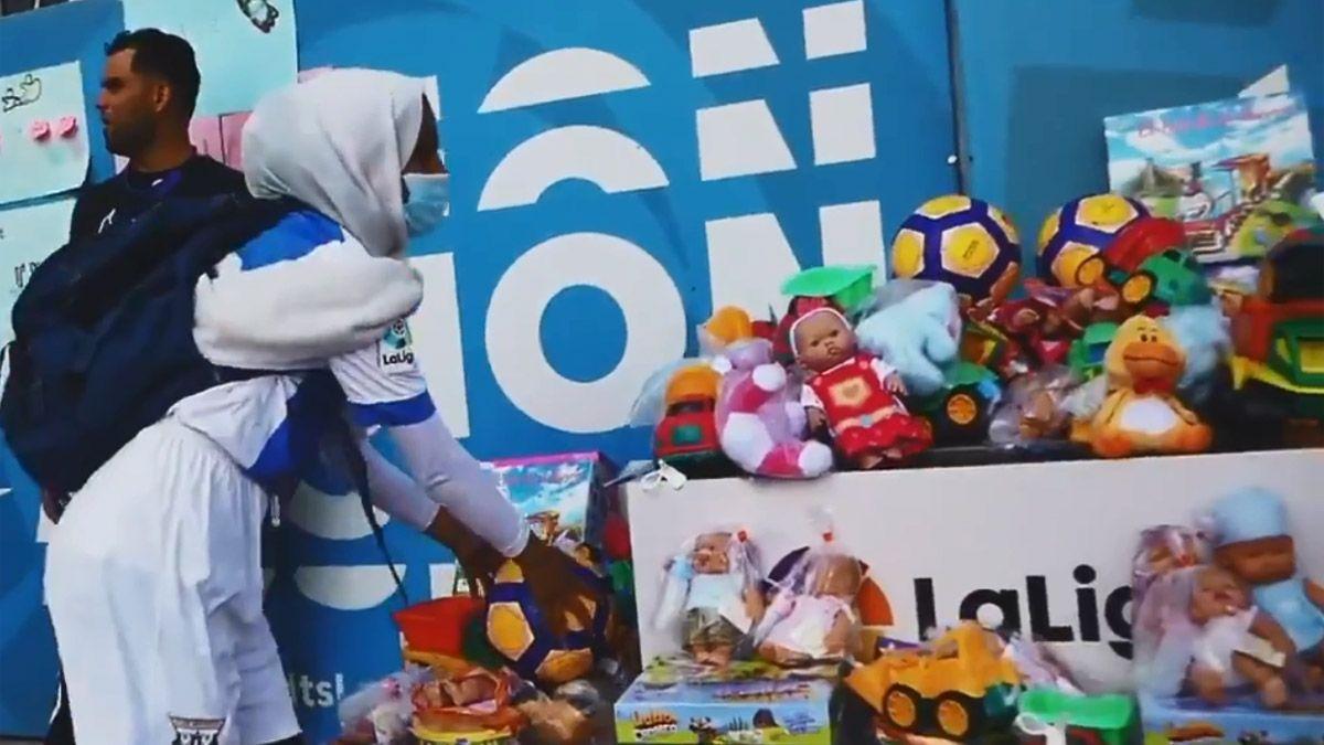 El fútbol español donó miles de juguetes a campo de refugiados