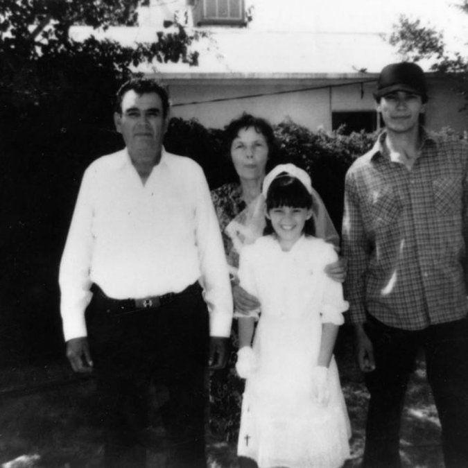 Richard Ramírez en su juventud junto a sus padres y una sobrina.