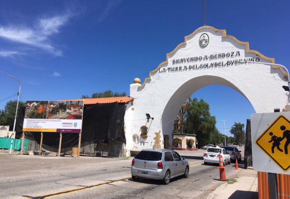 Una camioneta fue detenida para revisión por personal del Departamento de Lucha Contra El Narcotráfico de la Policía de Mendoza