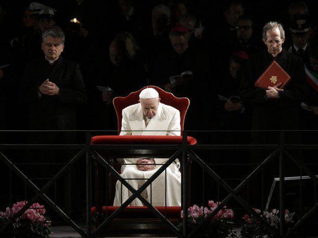 """En su primer Vía Crucis, Francisco dijo que """"la cruz es la palabra con que Dios respondió al mal"""""""