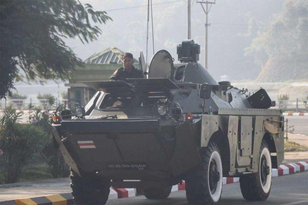 Facebook decidió cerrar las cuentas vinculadas al ejército de Myanmar mientras grupos a favor de la junta militar chocaron con manifestantes prodemocráticos.