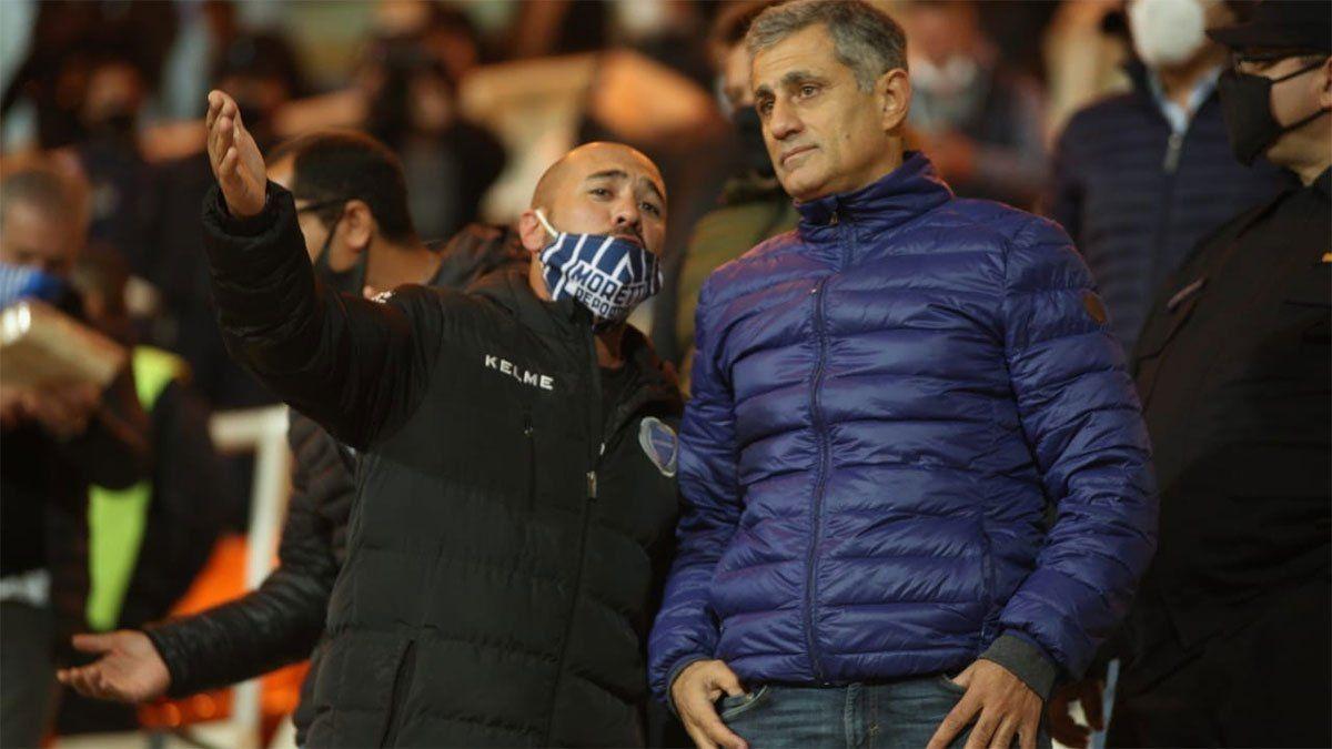 José Mansur no la pasó bien al término del partido con River. (Fotos Fernando Martinez).