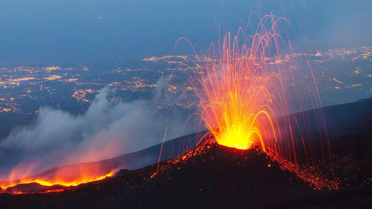 Erupción. El volcán Etna entró en erupción en Italia.