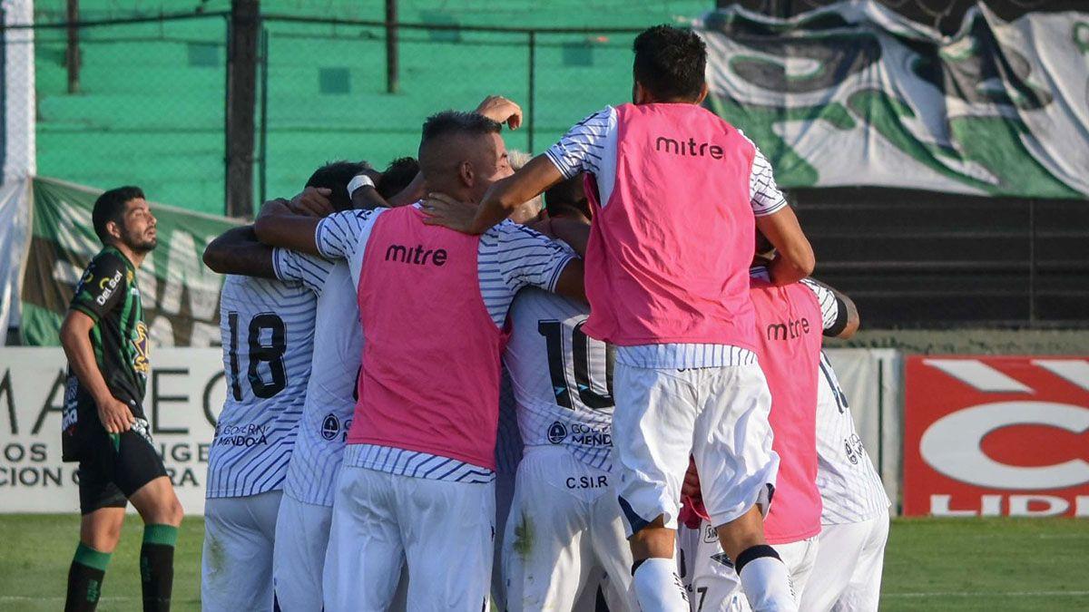 Los jugadores celebran el gol del triunfo en Mataderos.