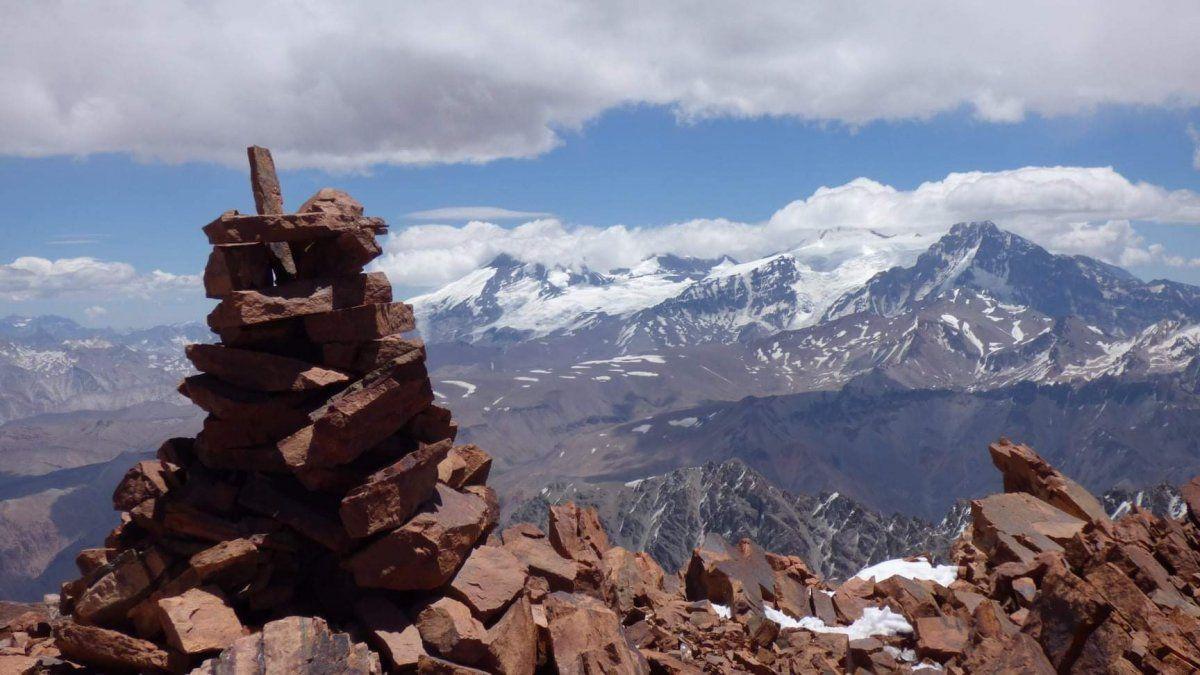 La apacheta o pirca (túmulo de pedras) donde se dejará el buzón con los testimonios de los próximos ascensos al cerro Ulises Vitale