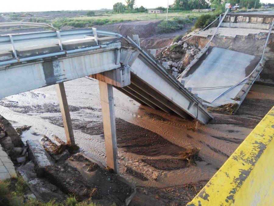 Otra imagen de la caída del puente.