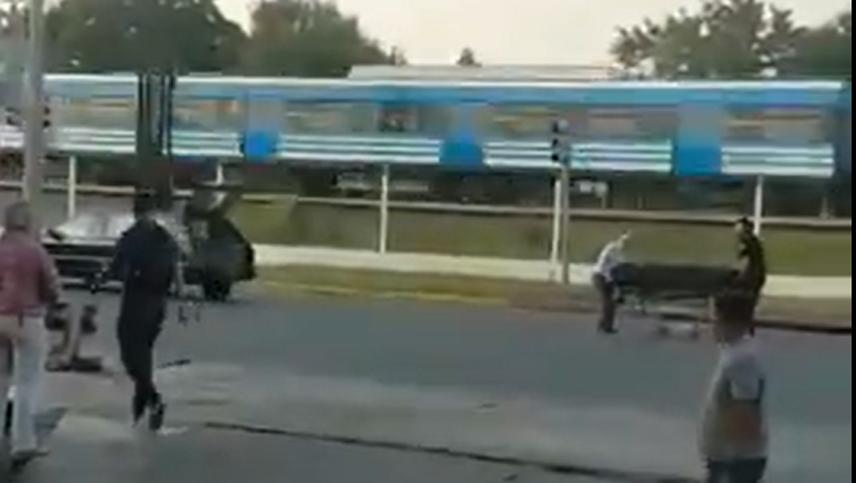 Insólito: en medio de una avenida, un coche fúnebre perdió el cuerpo que transportaba