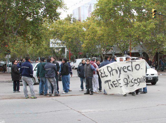 Un grupo de trabajadores que prestaba servicios en Vale se manifestó contra los despidos