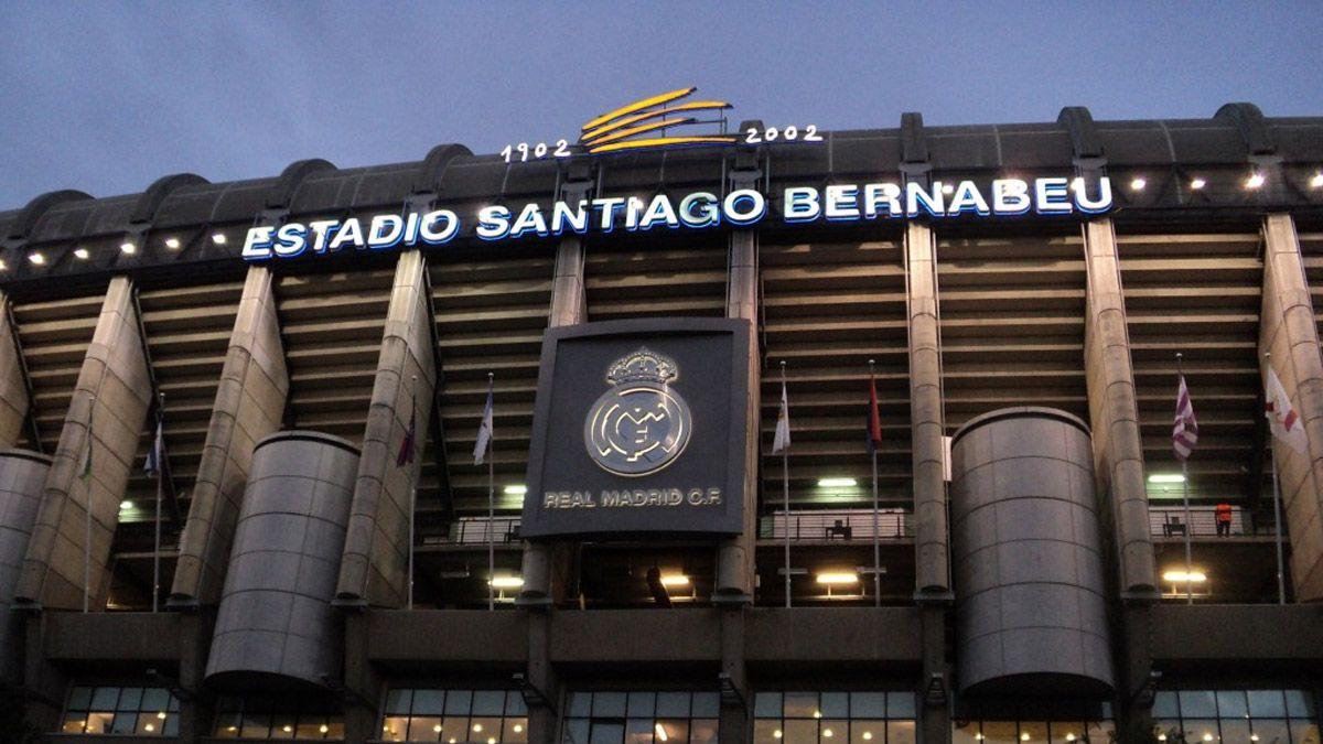 Un cartel cerca del Bernabéu fue la sensación