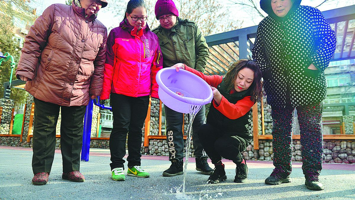 Un residente de Tianjin vierte agua absorbida por una carretera como parte de la construcción de la ciudad esponja. HU LINGYUN / PARA CHINA DAILY