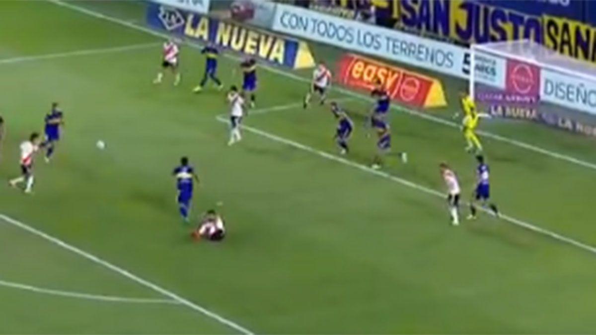 Jorge Carrascal estremeció el palo y se salvó Boca