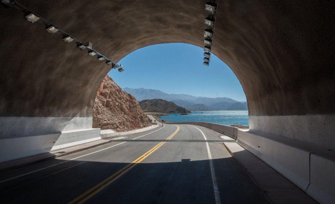 Túnel Cacheuta - Potrerillos: el peaje está vigente y se paga por internet. Cada vez que un vehículo pasa