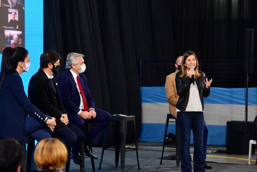 Fernanda Raverta, de la ANSES, junto al Presidente. Aquí se anunció el reconocimiento de aportes a madres por el cuidado de sus hijos.