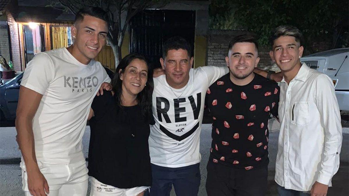 Nacho sonríe junto a su familia