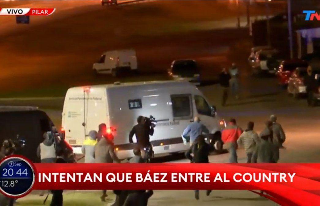 Lázaro Báez salió de la cárcel de Ezeiza pero en Pilar lo esperaron así. Foto: NA.