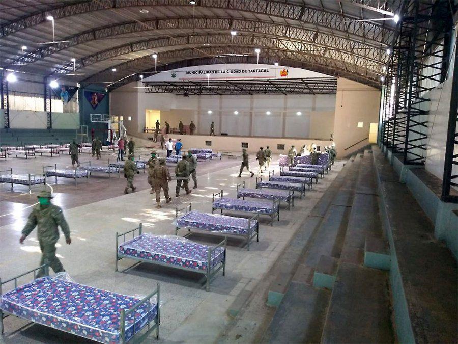 Personal del Ejercito acondicionó el gimnasio de la ciudad de Tartagal para recibir pacientes con COVID-19 Foto NA