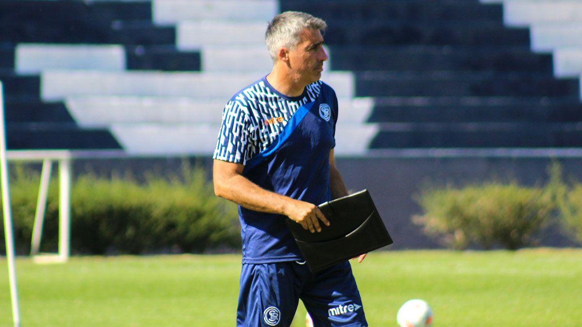 Gabriel Gómez ha tenido un semana complicada para armar el equipo.