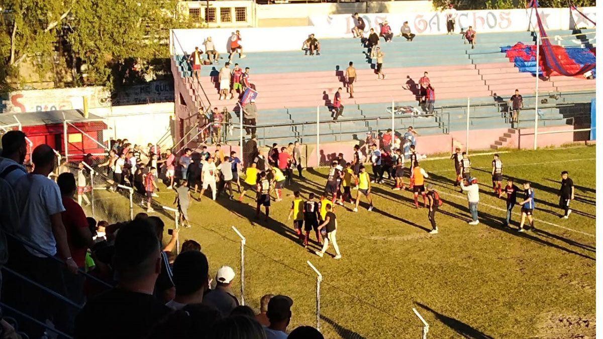 Los hechos lamentables del final en elen el estadio Ingelmo Nicolás Blázquez.