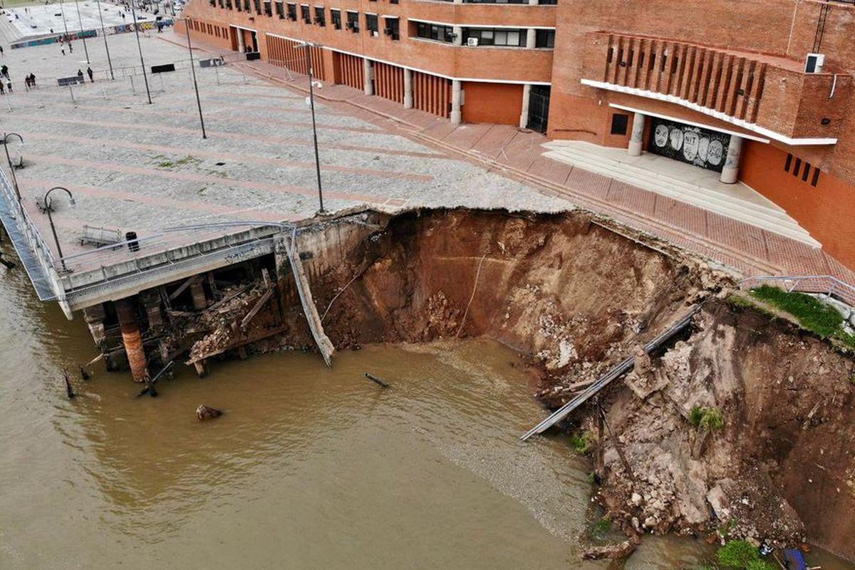 Creen que el derrumbe de un muelle en Rosario es por la pronunciada bajante que experimenta el río Paraná desde hace semanas.