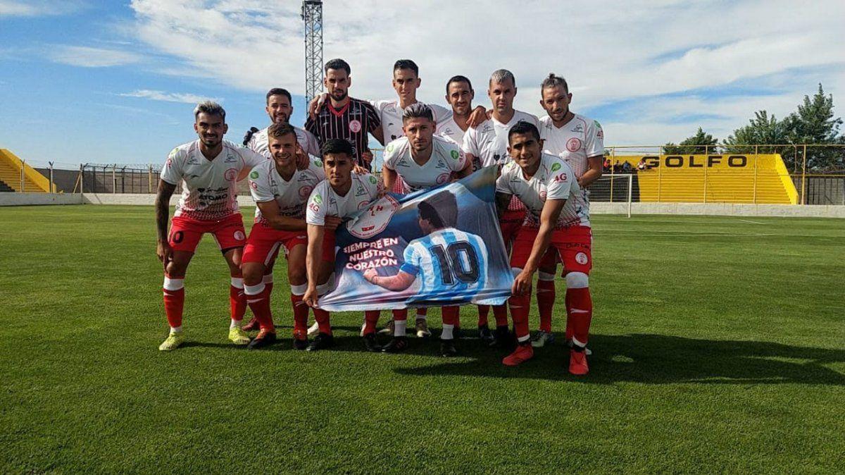Los jugadores de Huracán Las Heras le rindieron un homenaje a Maradona.