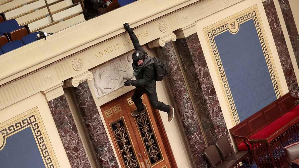 Las fuerzas de seguridad del Capitolio trataron de impedir el ingreso de manifestantes.
