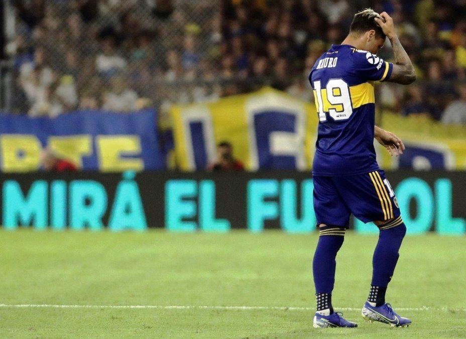 Mauro Zárate discutió con Russo y tiene un pie fuera de Boca