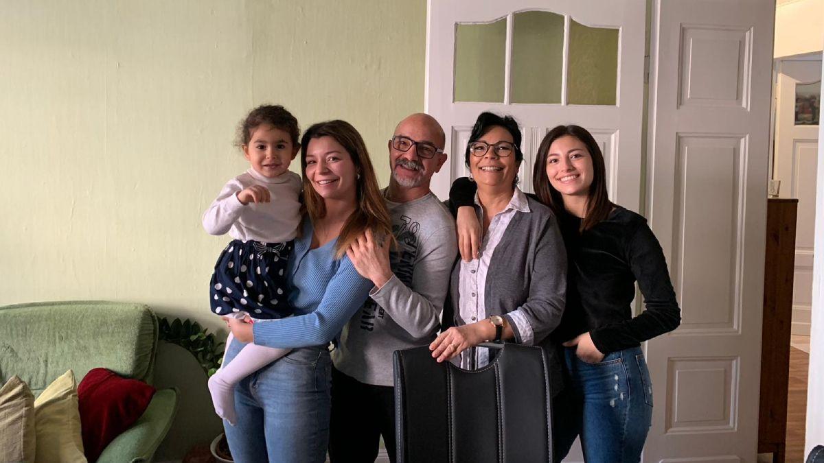 Osvaldo Romano y su familia en Alemania. El autor del libro de autoayuda posa junto a su esposa Maria Inés Martín