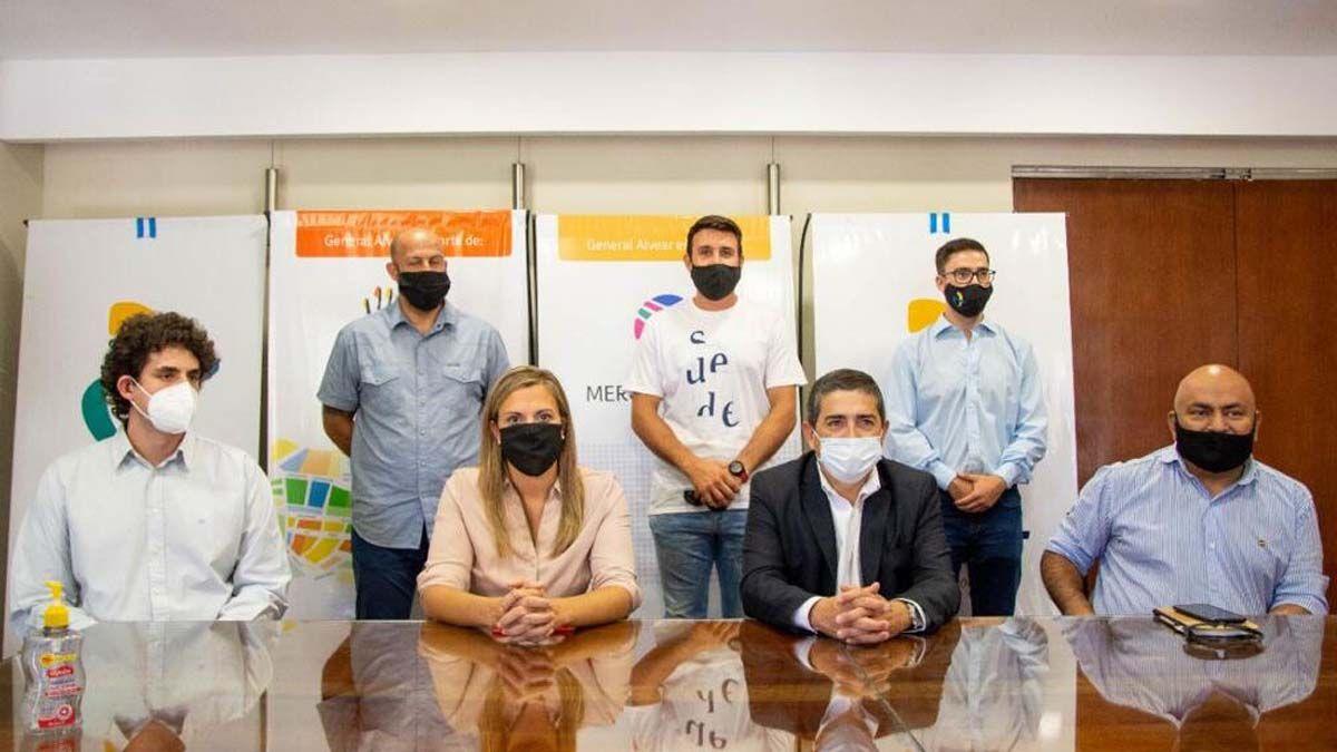 Walther Marcolini con su nuevo equipo de gobierno para General Alvear. Foto gentileza FM Viñas.