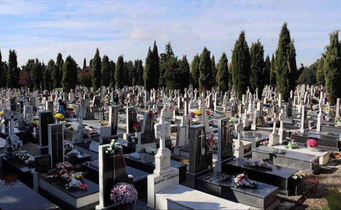 Se olvidaron del abuelo. Un cementerio cerró y un abuelo