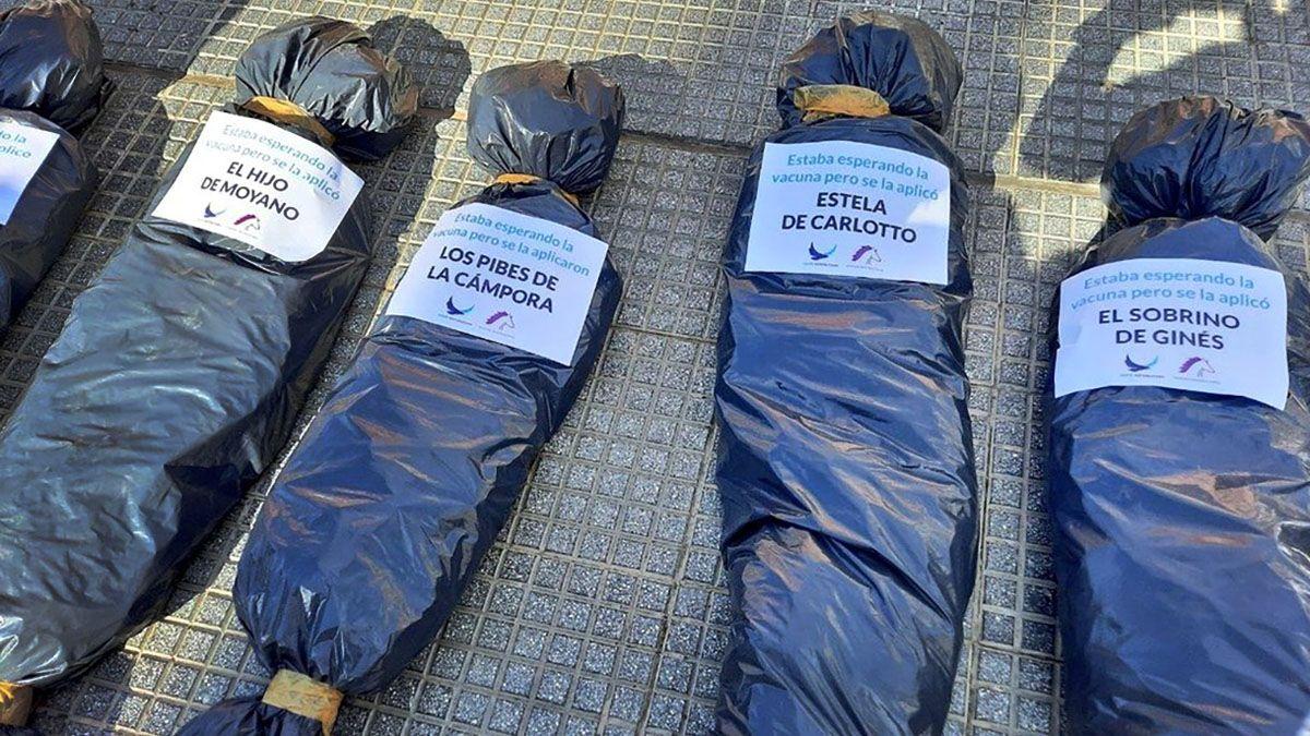 Dejando bolsas de cadáveres se manifestaron este sábado contra la vacunación VIP.