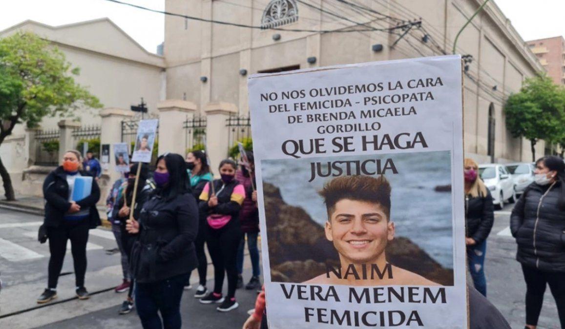Familiares y amigos de Brenda Gordillo marcharon pidiendo justicia con pancartas y carteles mostrando el rostro del femicida Naim Vera Menem