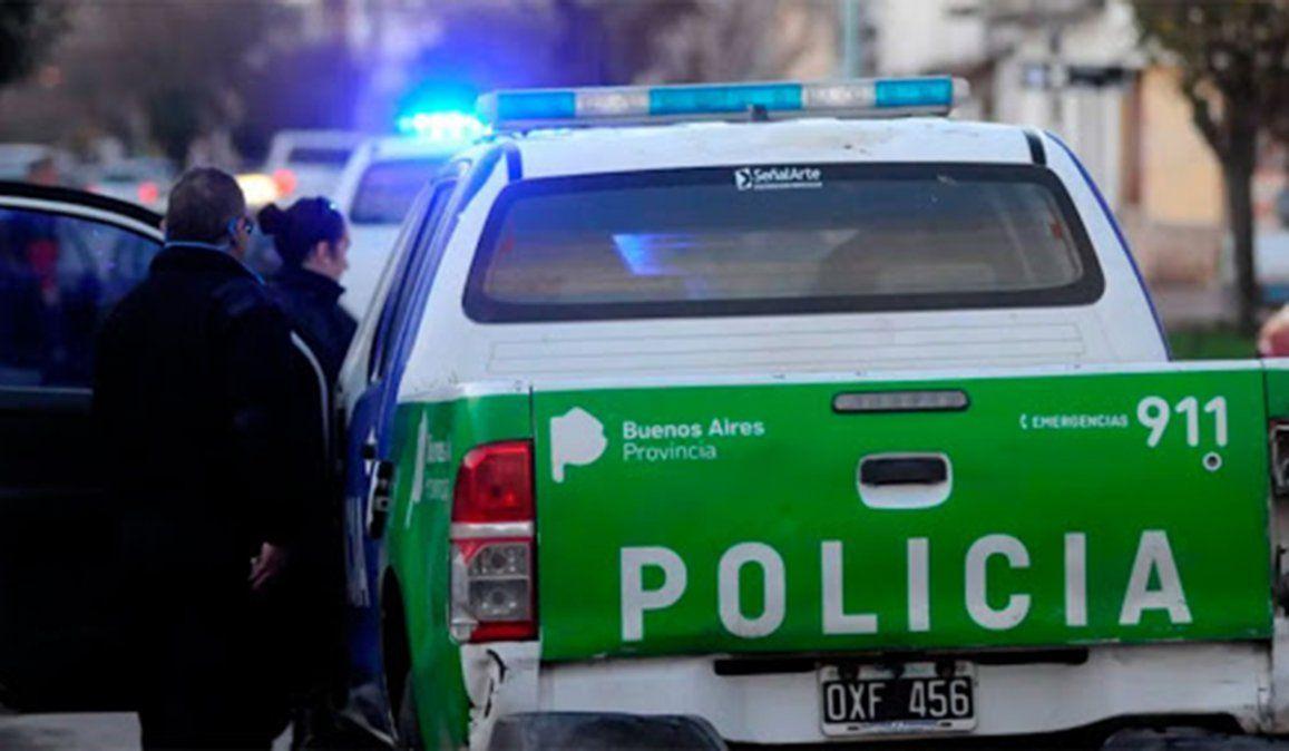 El efectivo de la Policía de la Ciudad iba de civil en su moto y tres delincuentes a pie intentaron asaltarlo. Uno de los delincuentes murió