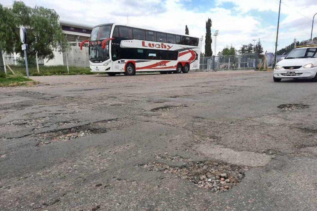 El mal estado de la avenida Libertador frente al Arena Aconcagua es una postal que se repite en varias calles de Mendoza.