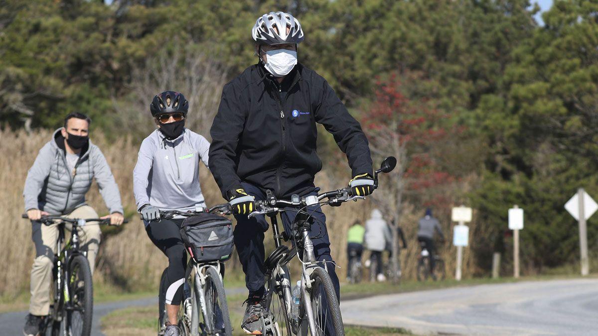 El electo Joe Biden salió a andar en bicicleta en cercanías de su casa de invierno.