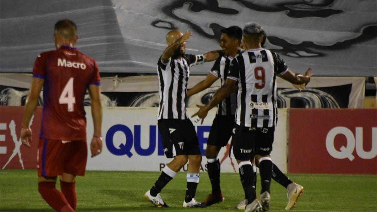 Lucas Carrizo celebra el gol de Gimnasia con Lentini Llama.