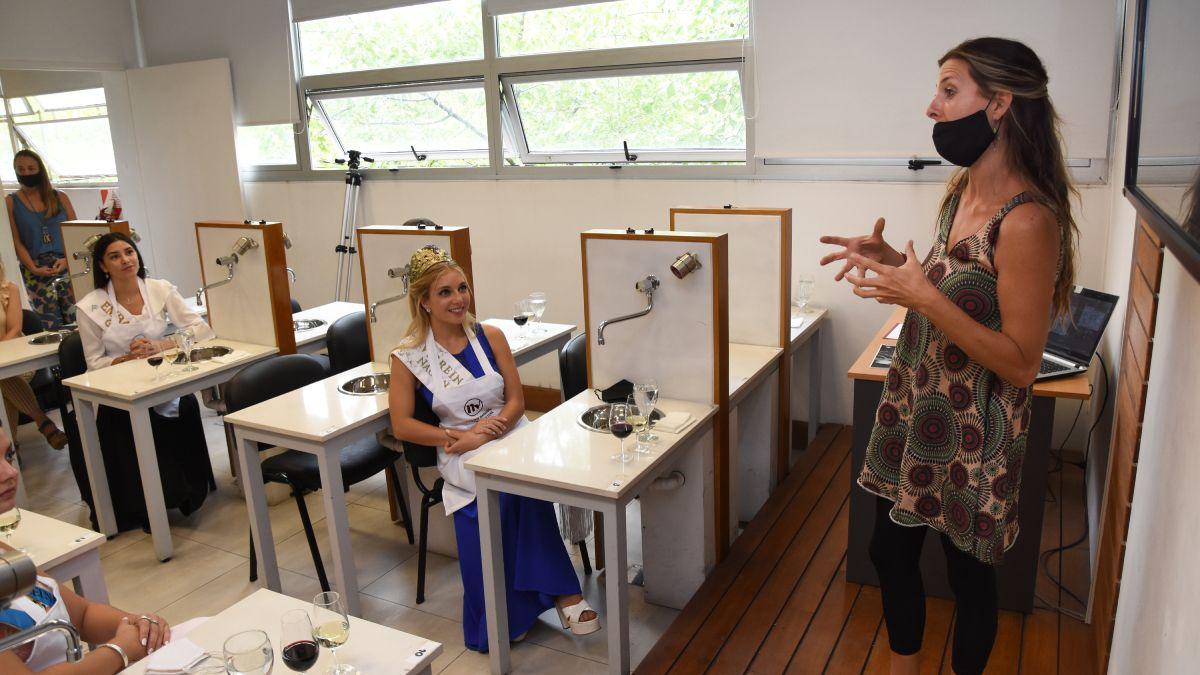 Profesionales del INV brindaron la capacitación Introducción al Mundo del Vino a las soberanas que visitaron al organismo nacional.
