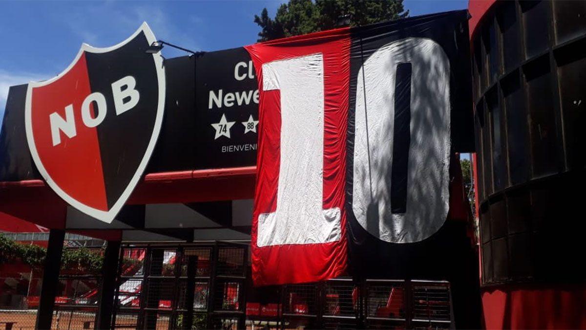 Los hinchas de Newells desplegaron banderas en apoyo a Maradona.
