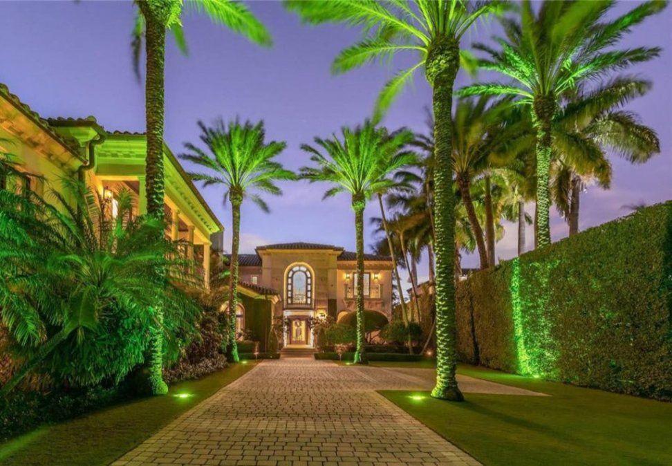 Entrada a la mansión que se compró Jennifer López