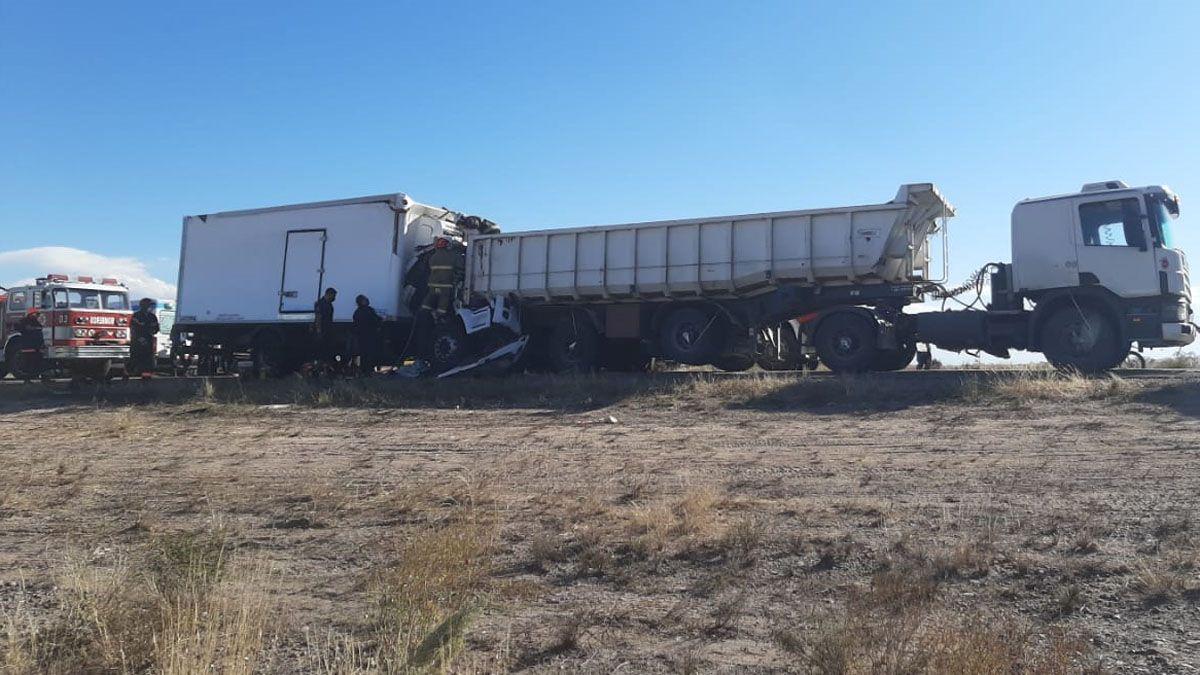 Uno de los camiones impactó al otro de atrás por razones que se desconocen.