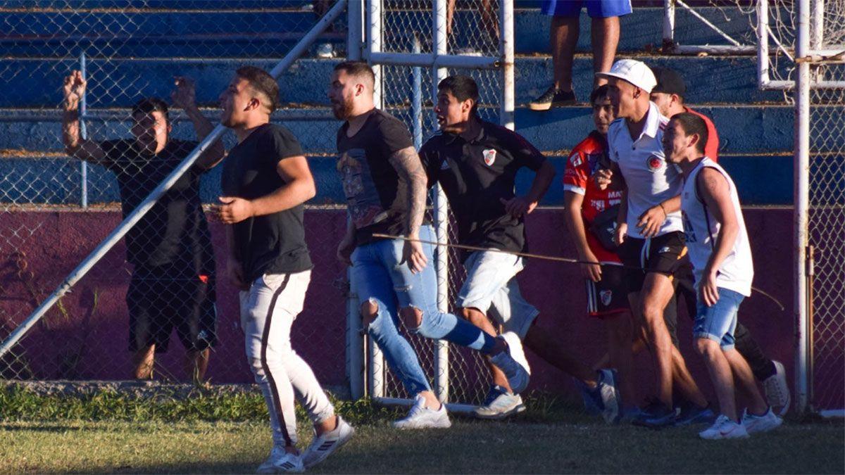 Los hinchas de Rodeo del Medio protagonizaron serios hechos de violencia en la cancha del Matador. (Fotos gentileza Prensa Andes Talleres).