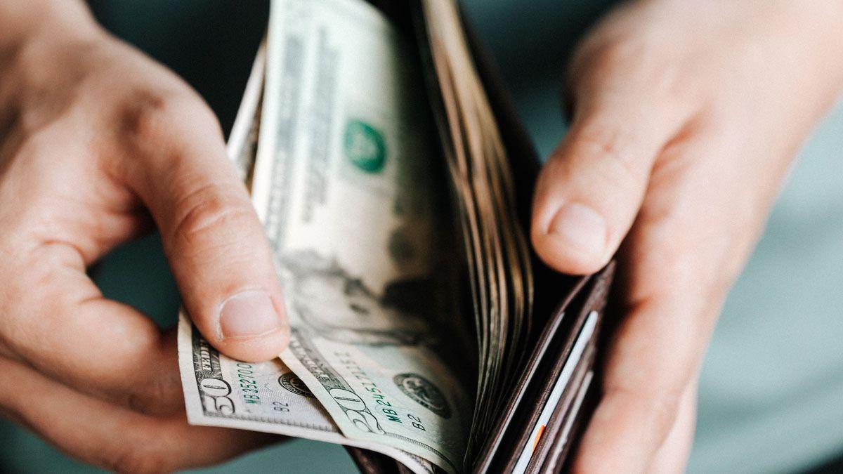 La brecha entre el dólar oficial y el blue se achicó al 103%.