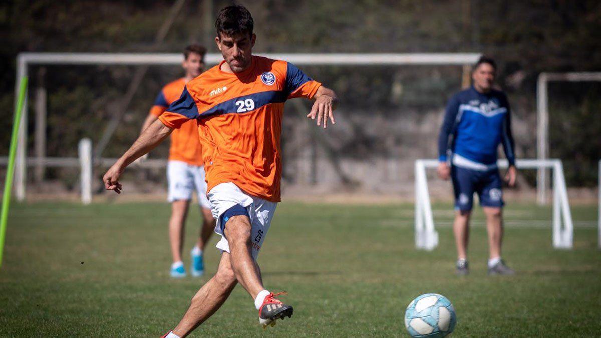 Carlos Pipi Araujo está en acción en su primera práctica en la Lepra.