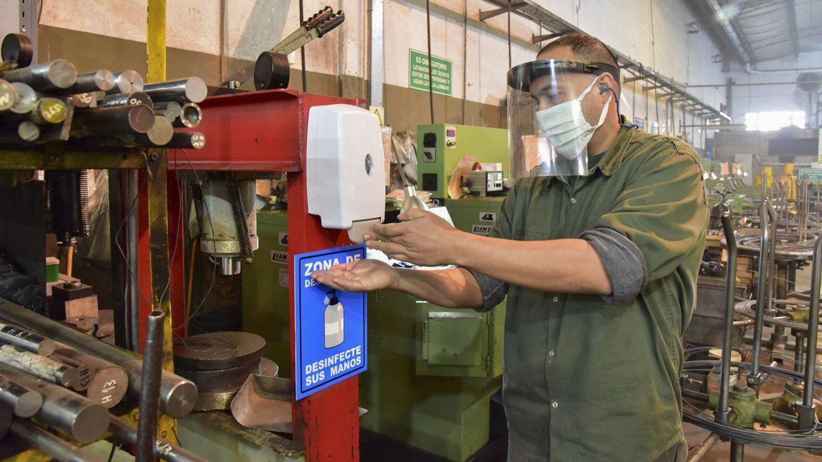 La actividad industrial cayó y las pymes son las más afectadas.