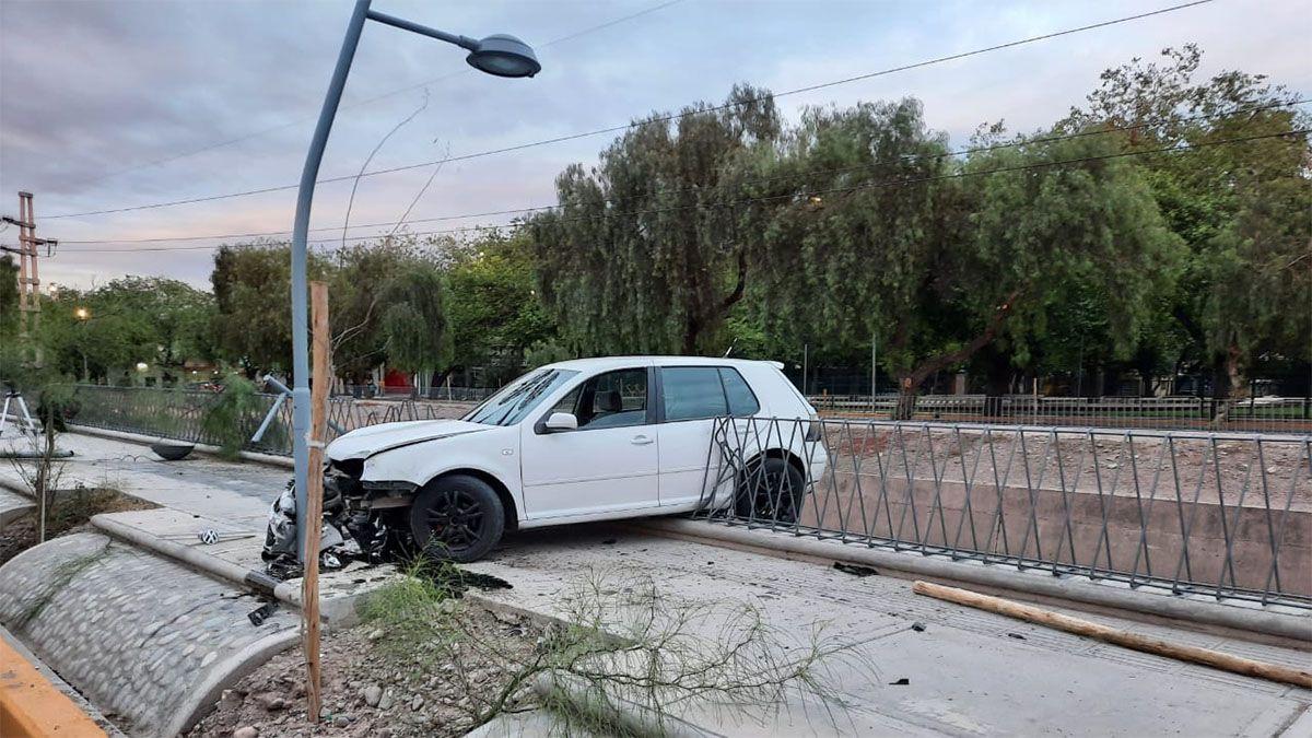 Un auto con tres ocupantes casi cayó al canal Cacique Guaymallén