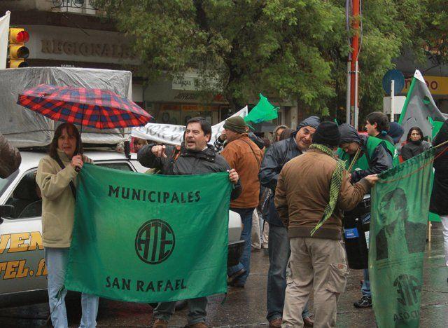 Manifestantes de ATE y SUTE se movilizaron por el centro de la ciudad