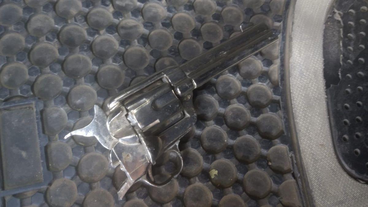 Este es el revolver -con la empuñadura rota- que usaban los dos delincuentes de la camioneta blanca para asaltar en la vía pública